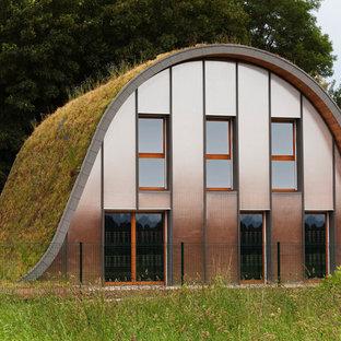 Idée de décoration pour une façade de maison marron bohème à un étage et de taille moyenne avec un revêtement mixte.