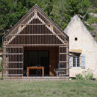 Inspiration pour une façade de maison bohème de plain-pied et de taille moyenne avec un toit à deux pans et un revêtement mixte.