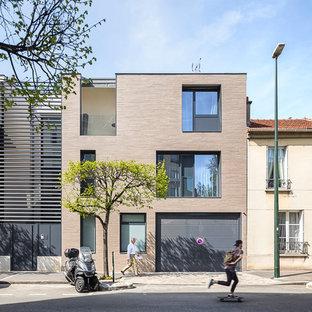 Inspiration pour une grand façade de maison marron urbaine à deux étages et plus avec un toit plat.