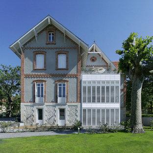 Cette image montre une façade de maison traditionnelle avec un toit à deux pans.