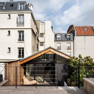Exemple d'une façade en verre marron tendance de taille moyenne et de plain-pied avec un toit à deux pans.