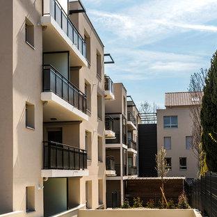 リヨンのコンテンポラリースタイルのおしゃれな家の外観 (混合材サイディング、ベージュの外壁、アパート・マンション) の写真
