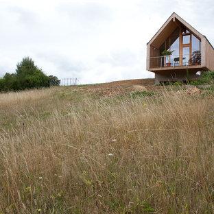 Inspiration pour une façade de maison design avec un toit à deux pans.