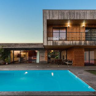 Idée de décoration pour une façade de maison marine avec un toit plat.