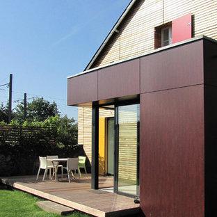 Inspiration pour une façade en bois marron design de taille moyenne et à un étage avec un toit à deux pans.