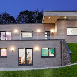 Aménagement d'une façade en bois marron contemporaine à un étage et de taille moyenne avec un toit plat.