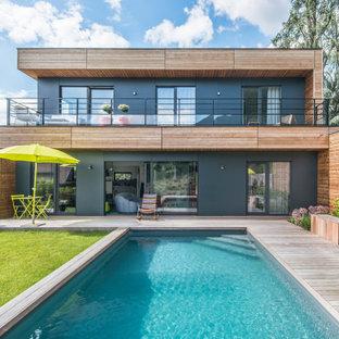 Inspiration pour une façade de maison multicolore nordique à un étage avec un revêtement mixte et un toit plat.