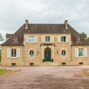 Aménagement d'une façade en pierre classique à un étage avec un toit à quatre pans.