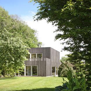Aménagement d'une façade en bois marron moderne à un étage avec un toit plat.