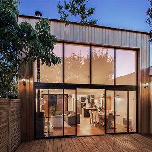 Aménagement d'une façade en bois marron contemporaine de plain-pied et de taille moyenne.
