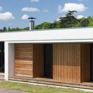 Inspiration pour une façade de maison blanche design de taille moyenne et de plain-pied avec un toit plat.