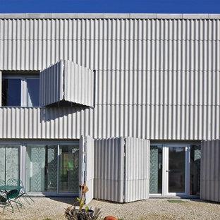 Réalisation d'une grand façade métallique urbaine à un étage avec un toit plat.