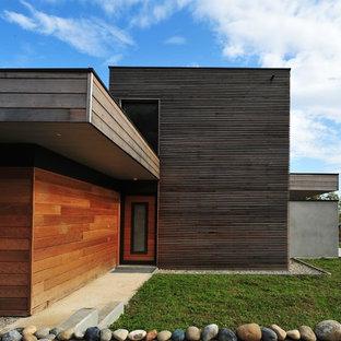 Réalisation d'une façade en bois marron design de taille moyenne et à un étage avec un toit plat.
