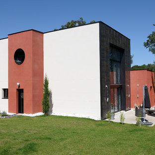 Cette image montre une façade de maison blanche design de taille moyenne et à un étage avec un revêtement mixte et un toit plat.