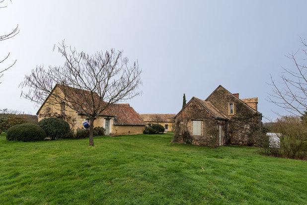 Farmhouse Exterior by LES CHANTIERS COTTIN