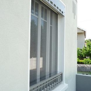 Diseño de fachada de casa verde, retro, de tamaño medio, de tres plantas, con revestimiento de estuco, tejado a dos aguas y tejado de teja de barro