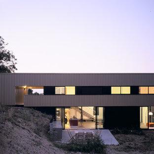 Exemple d'une façade de maison industrielle à un étage avec un toit plat.