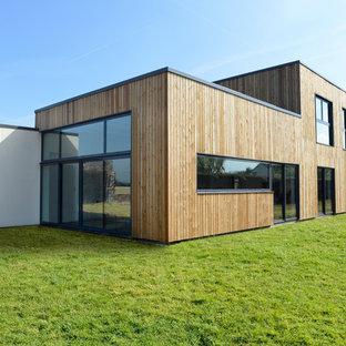 Inspiration pour une façade en bois marron design de taille moyenne et à un étage avec un toit plat.