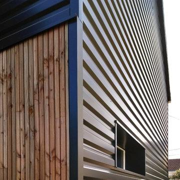Maison FP l Rénovation énergétique en bois et acier noir.