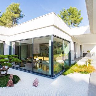 Idées déco pour une très grand façade en béton blanche moderne de plain-pied avec un toit plat.