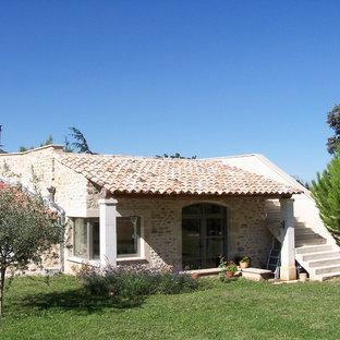 Inspiration pour une petit façade en pierre beige rustique avec un toit plat.