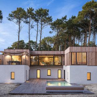 Réalisation d'une façade de maison design à un étage avec un toit plat.