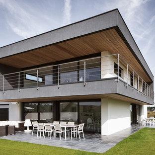 Cette photo montre une façade de maison blanche tendance de taille moyenne et à un étage avec un toit plat.