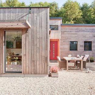 Idées déco pour une façade en bois marron contemporaine de plain-pied et de taille moyenne avec un toit plat.