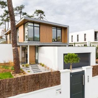 Exemple d'une grand façade de maison multicolore tendance à un étage avec un revêtement mixte et un toit en appentis.