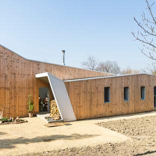 Cette photo montre une façade en bois marron tendance de taille moyenne avec un toit en appentis.