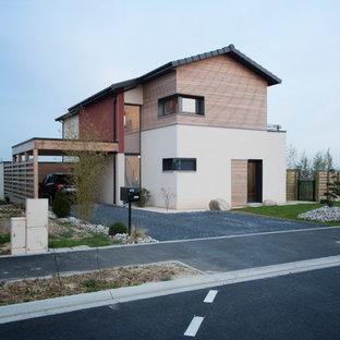 Inspiration pour une façade de maison design à un étage et de taille moyenne avec un toit à deux pans et un revêtement mixte.