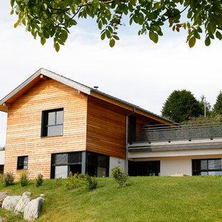 Cette photo montre une façade en bois tendance à niveaux décalés et de taille moyenne avec un toit à deux pans.