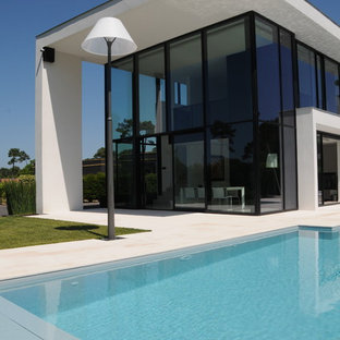 Exemple d'une grand façade en verre blanche tendance à un étage avec un toit plat.