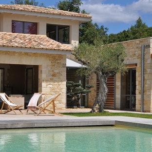 Réalisation d'une façade en pierre beige méditerranéenne à un étage.