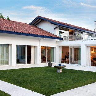 Exemple d'une façade de maison blanche moderne à un étage et de taille moyenne avec un toit à deux pans.