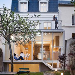 パリのコンテンポラリースタイルのおしゃれな家の外観 (ガラスサイディング) の写真