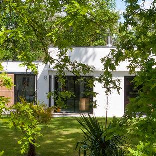 Inspiration pour une très grand façade de maison blanche design de plain-pied avec un toit plat.