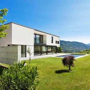Imagen de fachada de casa blanca, minimalista, de dos plantas, con tejado plano