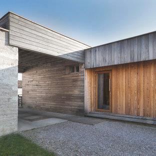 Inspiration pour une façade en bois marron design de taille moyenne et de plain-pied avec un toit plat.