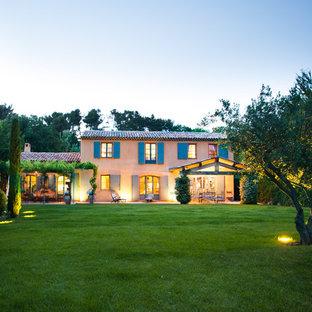 Idéer för ett stort medelhavsstil hus i flera nivåer, med sadeltak och tak med takplattor
