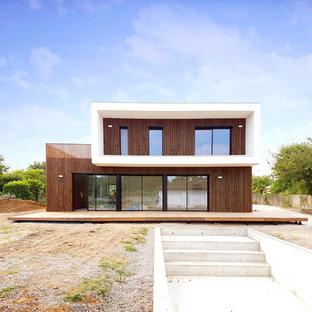 Aménagement d'une façade de maison marron moderne à un étage avec un toit plat.