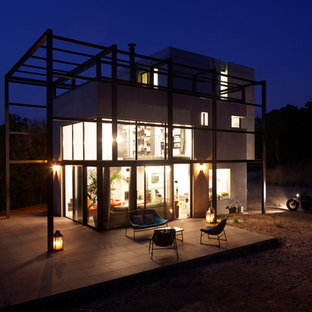 Exemple d'une façade de maison blanche tendance de taille moyenne et à deux étages et plus avec un revêtement mixte et un toit plat.