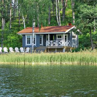 Idée de décoration pour une façade en bois bleue tradition de plain-pied et de taille moyenne avec un toit à deux pans.