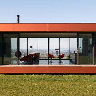 Inspiration pour une grand façade de maison minimaliste de plain-pied avec un toit plat.