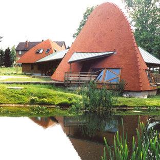 Modelo de fachada de casa naranja, ecléctica, de una planta, con tejado de teja de madera