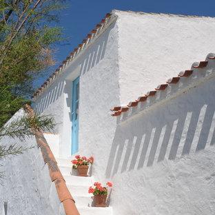 Inspiration pour une façade de maison blanche méditerranéenne de taille moyenne et à un étage avec un toit plat.