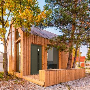 Cette photo montre une petit façade en bois marron tendance de plain-pied avec un toit à deux pans.