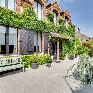 Inspiration pour une façade en brique rouge rustique de taille moyenne et à un étage avec un toit à deux pans.