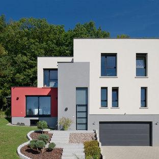 Idées déco pour une façade de maison multicolore contemporaine à niveaux décalés avec un toit plat.