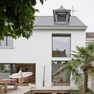 Foto de fachada de casa pareada blanca, costera, de tamaño medio, de dos plantas, con tejado a dos aguas y tejado de teja de madera